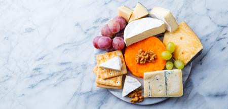 Surtido de quesos, uvas y galletas saladas.