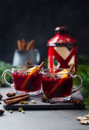 Mulled red wine with spices. Christmas decoration. Grey background. Copy space. Imagens