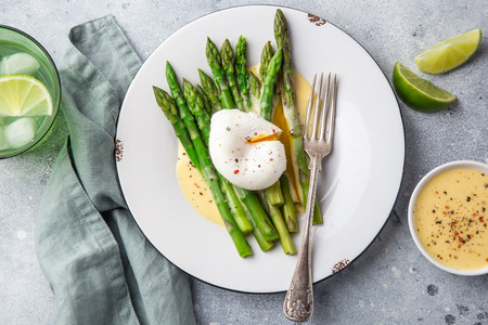 asparagus, poached egg and hollandaise sause, top view Zdjęcie Seryjne