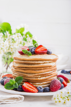 pancakes with fresh berries, white background Foto de archivo