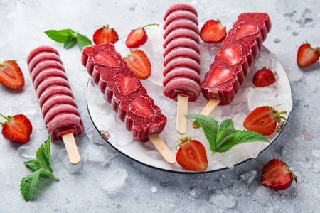 Homemade strawberry popsicles with fresh berries, selective focus Zdjęcie Seryjne