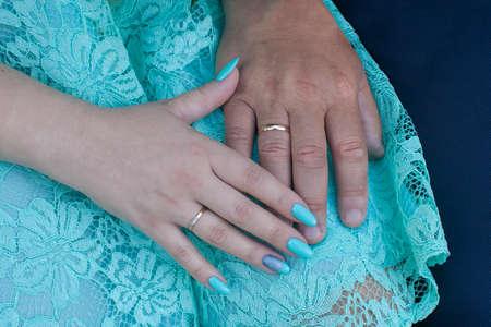 De handen van de bruid en bruidegom met ringen Stockfoto