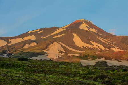 Avacha volcano in Kamchatka, Russia. Climbing, mountaineering, rock climbing, travel. Clear day and morning. 版權商用圖片 - 147922225