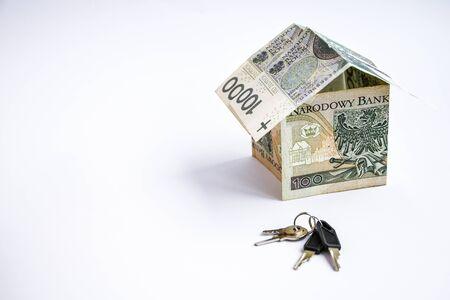 polska waluta złotówka, polskie pieniądze, miejsce na kopię za sto złotych, pieniądze w kształcie domu, oszczędzanie zarobków i kluczy z domu za pomocą autka Zdjęcie Seryjne