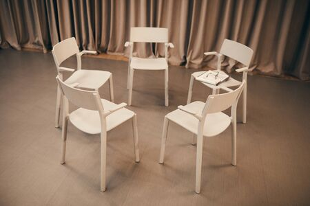 Image of white chairs standing in circle in the room they prepared for the meeting Stockfoto
