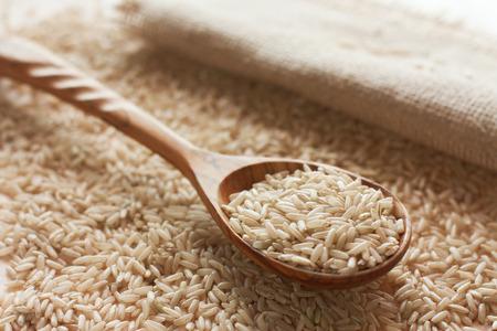 Crue cuillère brun et bois de riz Banque d'images - 25516134