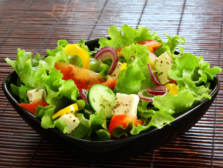 greek salad in black plate Banque d'images