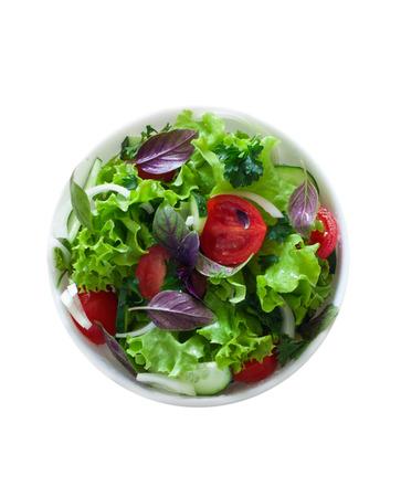 salad in plate: Ensalada de verduras frescas aisladas sobre blanco