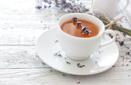 fiori di lavanda: Tazza di tè alla lavanda e fiori di lavanda