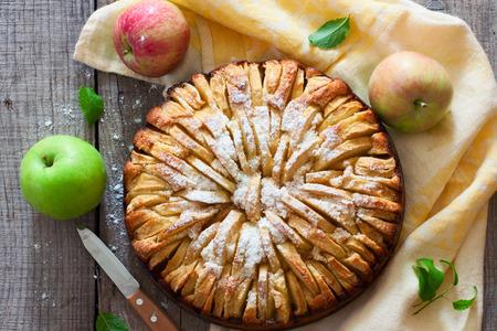 apfel: Frisch gebackener Apfelkuchen auf dem Naturholz Hintergrund