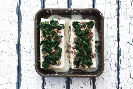 carne picada: Cocinar lasa�a casera con carne picada y espinacas Foto de archivo