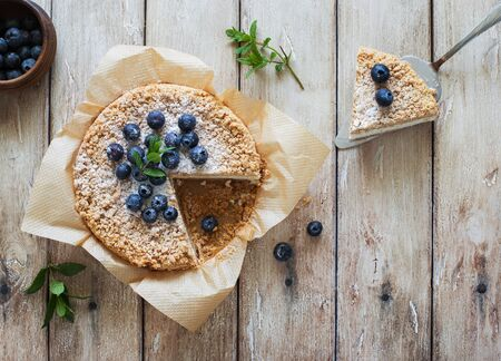 Grated rustic pie with ricotta on natural wooden background. Flat lay. Copy space Banque d'images