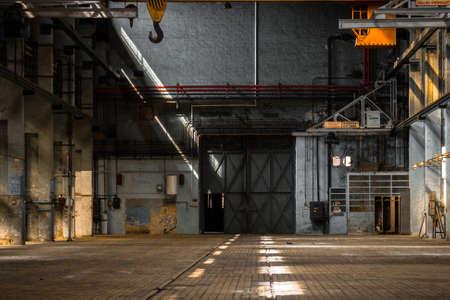 오래 된 건물의 어두운 산업 인테리어