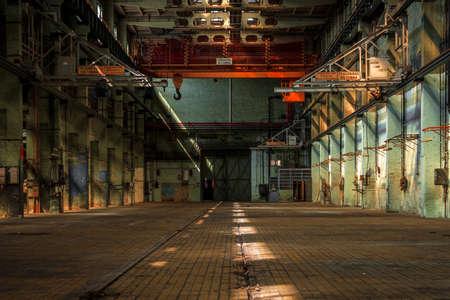 Donkere industriële interieur van een oud gebouw Stockfoto