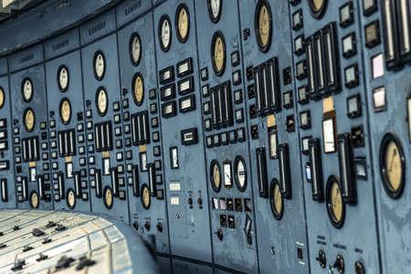 Verlichte controlekamer van een elektriciteitscentrale met trap Stockfoto