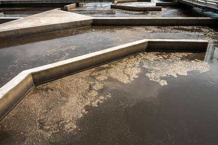 aguas residuales: Instalaci�n de limpieza del agua Foto de archivo