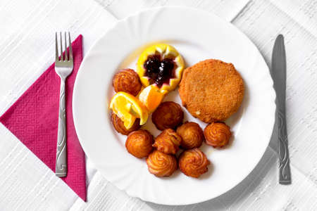 hermelin: Food on white tablecloth