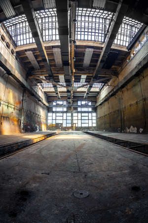 Industriel intérieur sombre d'un vieux bâtiment