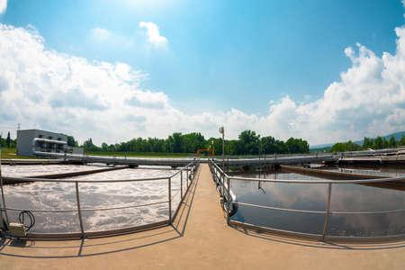 aguas residuales: Instalación de limpieza de agua al aire libre foto