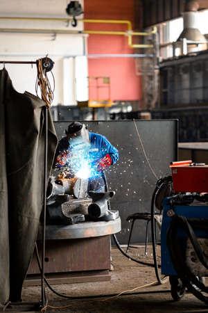 soldadura: Trabajador industrial en el primer plano de soldadura fábrica