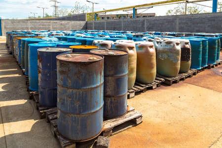 symbole chimique: Plusieurs barils de déchets toxiques à la décharge Banque d'images