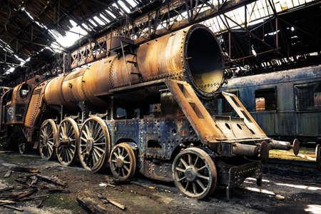 버려진 기차 창고의 일부 열차 스톡 콘텐츠