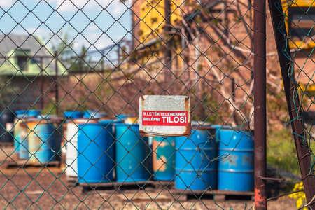 residuos toxicos: Varios barriles de residuos t�xicos en el vertedero Foto de archivo
