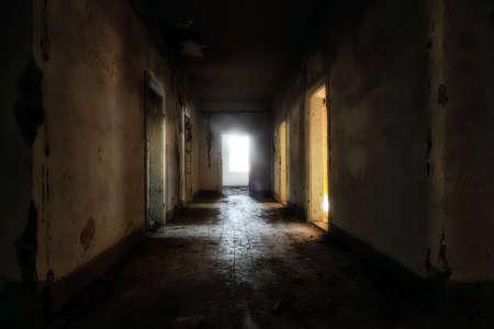 暗い不気味な廃屋を間します。