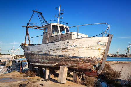 barca da pesca: relitto Barca abbandonata sulla spiaggia Archivio Fotografico