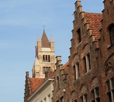 Catedral de San Salvador y paso a casas de techos contra el cielo azul en Brujas, Flandes, B�lgica, Europa Foto de archivo - 12358576