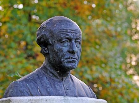 standbeeld van de Vlaamse dichter en priester Guido Gezelle bedekt met spinnenwebben, Brugge, België, Vlaanderen, Europa Stockfoto