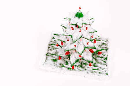 Step by step instruction how to make a Christmas tree. The final top view of the spruce decorated with cotton wool and toys made from colored macaroni. Decorative crafts for the kindergarten or school. Фото со стока