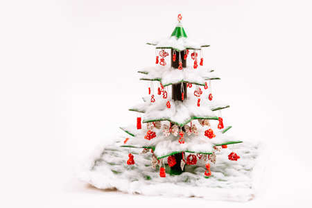 Step by step instruction how to make a Christmas tree. The final view of the spruce decorated with cotton wool and toys made from colored macaroni. Decorative crafts for the kindergarten or school.