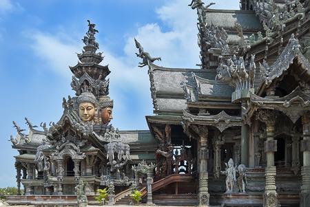 Pattaya, Tailandia - 22 febbraio 2011: Santuario della verità è una costruzione religiosa a Pattaya, Tailandia. Il santuario è un edificio interamente in legno pieno di sculture basate sui tradizionali motivi buddisti e indù. La parte superiore dell'edificio è 105 soddisfatte