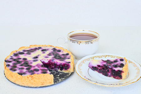 Cup of tea and blueberry pie on a white background Standard-Bild