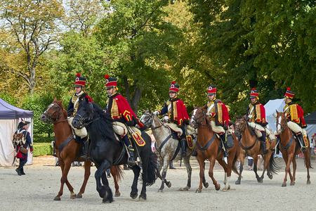 Slavkov u Brna, Czech Republic - August 11, 2018: Slavkov-Austerlitz castle historical reenactment. Procession of horsemen in the historical from Napoleon Bonaparte in the great court of the Slavkov-Austerlitz castle. Banque d'images - 114642748