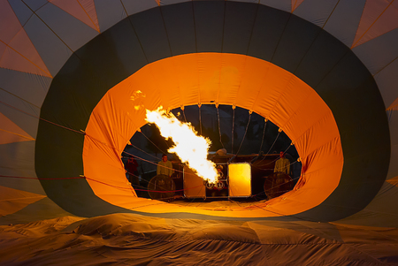 Cappadocia, Turkey - May 03, 2013 ? Crew prepares hot air balloon in Cappadocia - inflames fire and inflates the balloon, Turkey. Hot air balloons are traditional touristic attraction in Cappadocia. Banque d'images - 114642775