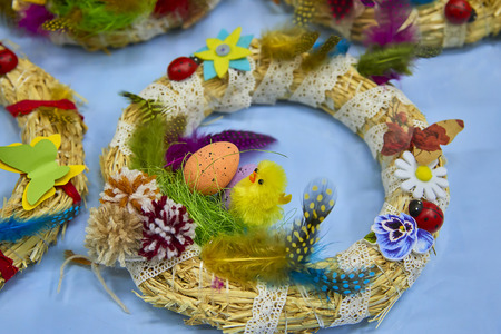 Easter wreath with Easter eggs, baby chicken and easter decorations Standard-Bild - 114618837