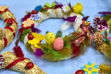Easter wreath with Easter eggs, baby chicken and easter decorations Standard-Bild - 114618838