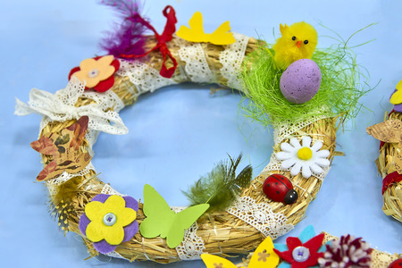 Easter wreath with Easter eggs, baby chicken and easter decorations Standard-Bild - 114618840