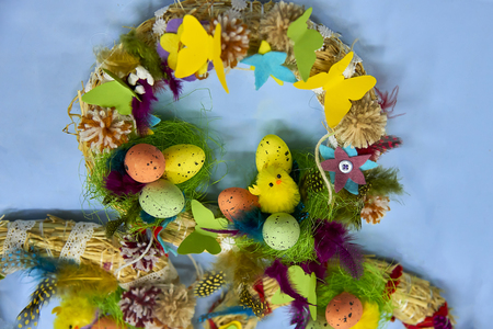 Easter wreath with Easter eggs, baby chicken and easter decorations Standard-Bild - 114618484