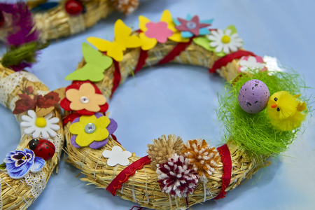Easter wreath with Easter eggs, baby chicken and easter decorations Standard-Bild - 114618487