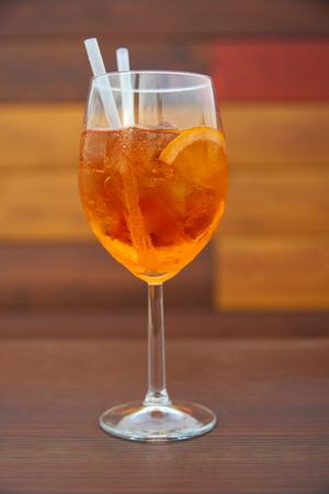 Aperol Spritz in glass, close up on orange background Standard-Bild - 114618444