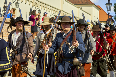Brno, Czech Republic - August 18, 2018: Historical reenactment Day of Brno. Infantrymen in historical costumes go along the Spielberg castle wall Banque d'images - 122970778
