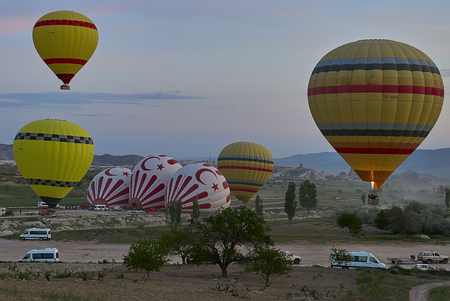 Cappadocia, Turkey - May 02, 2013 ? Colorful hot air balloons flying over the valley at Cappadocia. Hot air balloons are traditional touristic attraction in Cappadocia. Banque d'images - 122970797