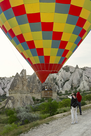 Cappadocia, Turkey - May 02, 2013: Colorful hot air balloons flying over the valley at Cappadocia. Hot air balloons are traditional touristic attraction in Cappadocia. Banque d'images - 122970806