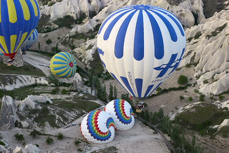 Cappadocia, Turkey - May 02, 2013: Colorful hot air balloons flying over the valley at Cappadocia. Hot air balloons are traditional touristic attraction in Cappadocia. Banque d'images - 122970812