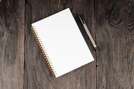 leeres blatt im notizbuch für notizen auf einem holztisch als geschäftskonzept. Standard-Bild