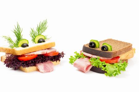 ni�os desayuno: Dos s�ndwich divertido para el ni�o, aislado en el fondo blanco.