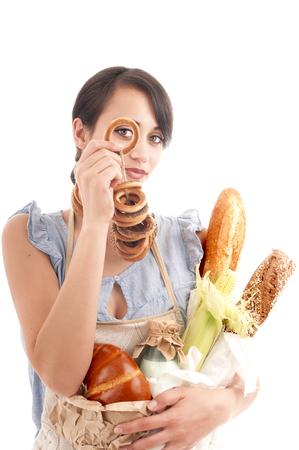 aliments: Jeunes belle femme tenant des sacs avec du pain frais et d'autres denr�es alimentaires Banque d'images